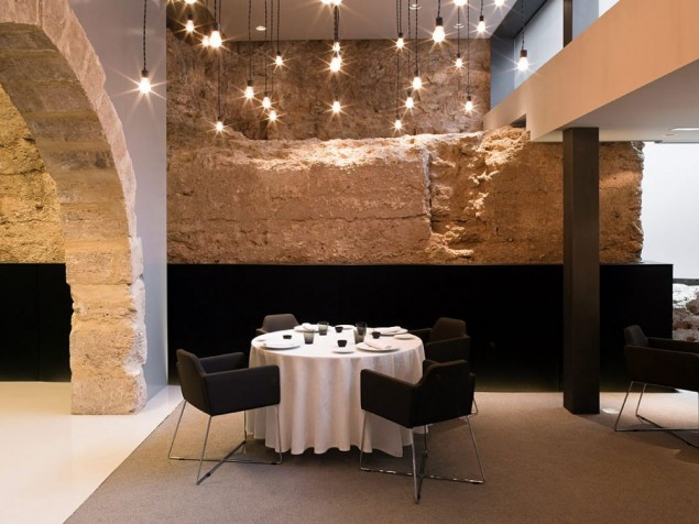 Caro Hotel - Restaurant area with historic arch