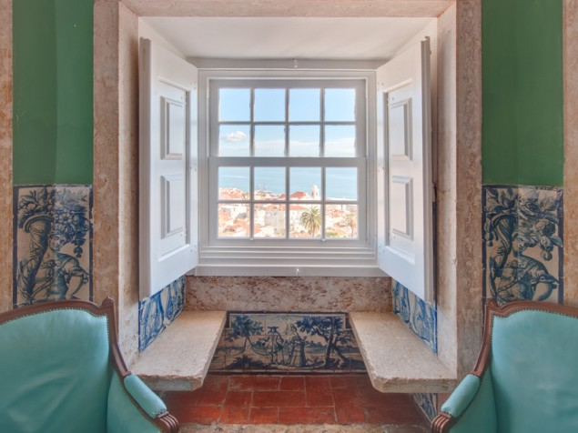 The shuttered windowseats of the Suite Bartolomeu Gusmao