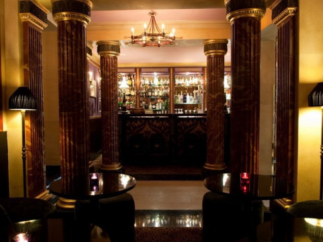 Strong architectural elements accompany you to Le Bar