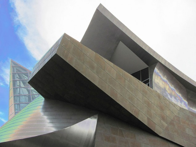 A powerful asymetrical exchange of stainless steel, coated zinc and translucent glass