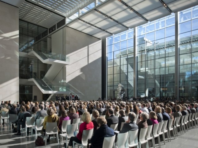 Daylight and connectivity to the outdoors provide a supportive seminar environment